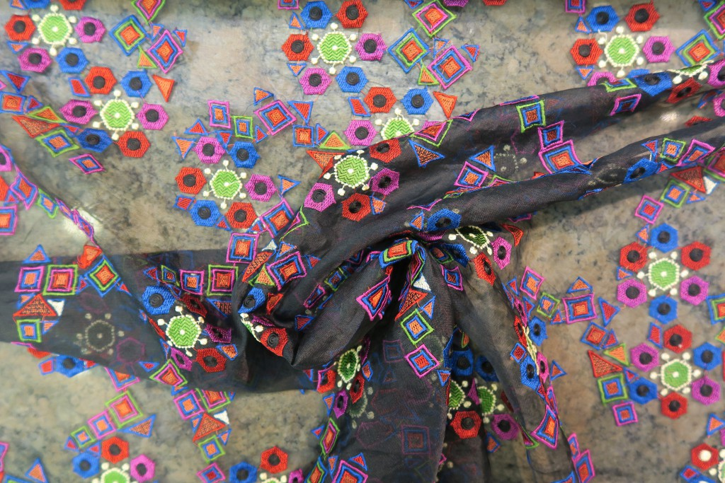 586038. Organza bordada multicolor.