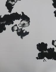 Tela raso blanco flor negra